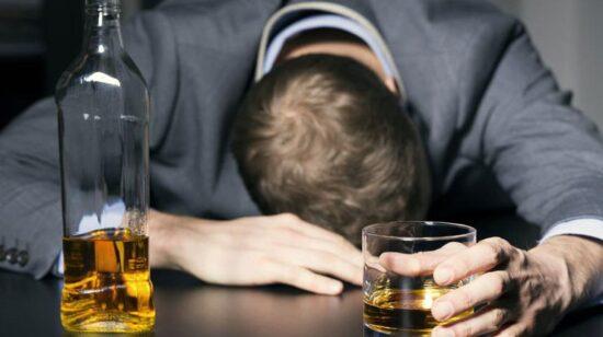 Спившийся человек Почему одни люди спиваются, а другие нет